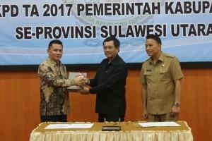 Wakil Ketua DPRD Tomohon menerima LHP dari BPK-RI
