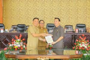 Wali Kota menyerahkan rancangan peribahan OPD kepada wakil Ketua DPRD