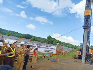 Wali Kota Tomohon memancangkan tiang pertama peningkatan stadion