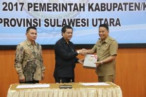 Wali Kota Tomohon Jimmy F Eman SE Ak menerimka LHP dari BPK