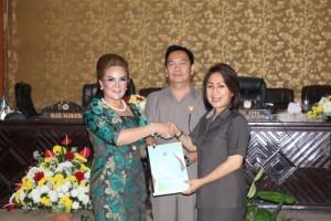 Wakil Wali Kota serahkan RAPBD Perubahan kepada Ketua DPRD