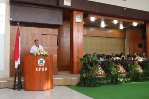 Wali Kota Tomohon memberikan sambutan di Rapat Paripurna