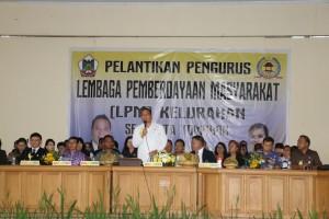 Wali Kota Tomohon saat melantik 1.320 pengurus LPM kelurahan se-Kota Tomohon