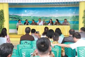 Wali Kota Tomohon dan Ketua Panitia TIFF 2018 memimpin rapat