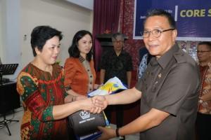 Wali Kota Tomohon dengan guru-guru peserta