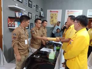 Ketua DPD II Partai Golkar Tomohon menyerahkan berkas 20 Bacaleg ke KPU