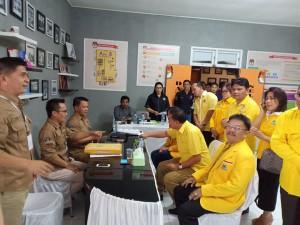 Suasana pendaftaran Bacaleg Golkar di KPU Tomohon