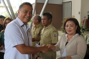 Wali Kota menyerahkan insentif Perangkat Kelurahan dan Linmas