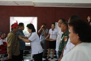 Wali Kota melalui Asisten Umum menyematkan tanda peserta sosialisasi