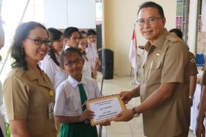 Wali kota menyarahkan bea siswa kepada siswa berprestasi