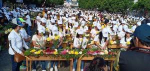 888 pelajar yang memecahkan Rekor MURI merangkai bunga terbanyak