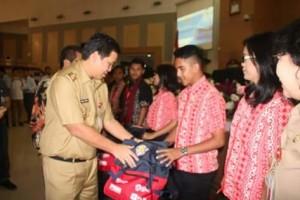 Wakil Gubernur Steven Kandouw, ketika menyerahkan bingkisan kepada pelajar yang mengikuti program Siswa Mengenal Nusantara 2018