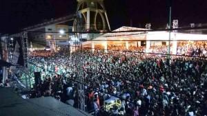 Penonton yang memedati kompleks Menara Alfa Omega menyaksikan penampilan Judika