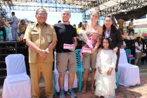 Sekretaris Kota, Ketua Panitia bersama warga negara asing yang ikut ambil bagian di pawai pembangunan