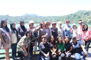 rombongan berfoto di Danau Linow