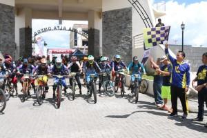 Wali Kota Tomohon Jimmy F Eman SE Ak didampingi Kadispora Toar JS Pandeirot SPd MM melepas peserta JFE 2018