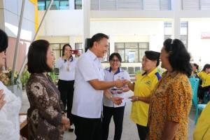Wali Kota Jimmy F Eman SE Ak dan Ketua DPRD Ir Miky JL Wenur menyerahkan insentif kepada kader KB
