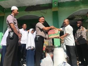 Kapolres Tomohon AKBP I Ketut Agus Kusmayadi SIK menyerahkan bantuan ke Panti Asuhan Hidayatullah Kinilow
