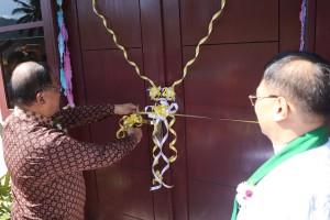 Sekretaris Kota Tomohon menggunting pita peresmian pastori