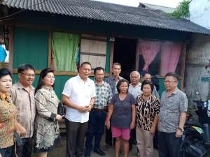 Wali Kota, Ketua Komisi II DPRD Tomohon, Direktur PDAM, Camat, lurah bersama masyarakat penerima hibah air minum MBR