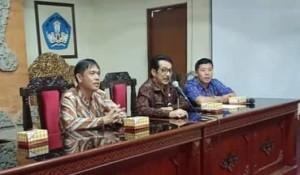 Kepala Dinas Kepemudaan dan Olahraga (Kadispora) Kota Tomohon Toar JS Pandeirot SPd MM dan Kadispora Bali Drs KM Boy Jayawibawa MSi