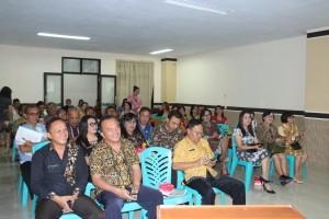Para Sekretaris dinas, badan, kecamatan sat mengikuti rapat