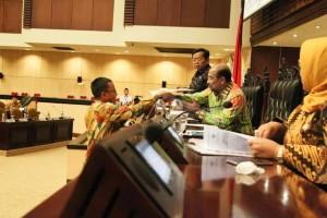 SBAN Liow saat menyerahkan hasil Kunker di Dapil Sulawesi Utara