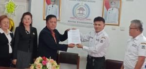 Ketua DPD LPM Sulut menyerahkan SK Pengaktifan kembali Ketua DPD LPM Kota Tomohon