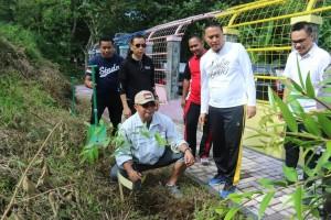 Kapolres Tomohon AKBP I Keturt Agus Kusmayadi SIK menanam pohon