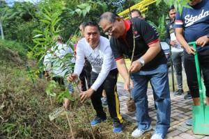 Wali Kota Jimmy F Eman SE Ak bersama Sekretaris Kota Ir Harold V Lolowang MSc MTh