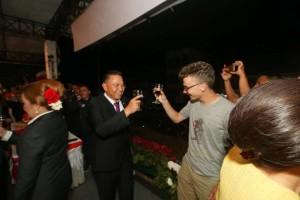 Wali Kota Tomohon toast dengan salah satu turis asing