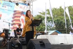 Ketua Umum Panitia TIFF 2018 Coreta Louise Kapoyos SE membawakan sambutan dalam penutupan