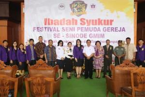 Foto bersama Undangan, Panitia dan Komisi Pemuda Sinode GMIM