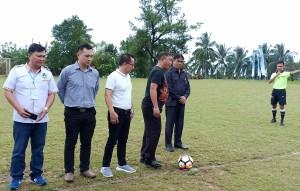 Ketua Panitia Haornas ke-35 di Kota Tomohon AKBP I Ketut Agus Kusmayadi SIK menendang bola pertama tanda kompetisi dimulai