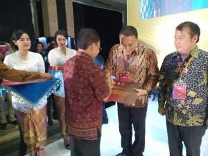Wali Kota Tomohon Jimmy F Eman SE Ak menerima penghargaan dari Menteri Pendidikian dan Kebudayaan RI