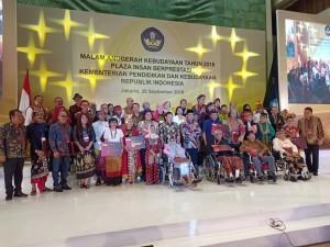 Wali Kota Tomohon bersama penerima Penghargaan  Kebudayaan  oleh Menteri Pendidikan dan Kebudayaan RI