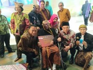 Wali Kota Jimmy F Eman SE bersama para Maestro Seni yang menerima Penghargaan Kebudayaan