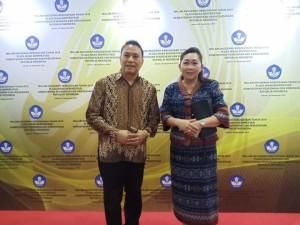 Wali Kota Tomohon Jimmy F Eman SE Ak dan Kepala Dinas Pendidikan dan Kebudayaan Kota Tomohon  Dr Juliana Dolvin Karwur MKes MSi