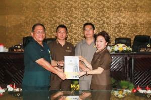 Ketua DPRD Ir Miky JL Wenur MAP  menerima RAPBD 2019