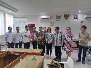 Komisi II DPRD Tomohon dan Bapenda Kota Bogor saling tukar cenderamata
