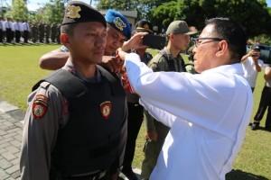 Wali Kota Tomohon memasang tanda Operasi Mantap Brata Samrat dimulai