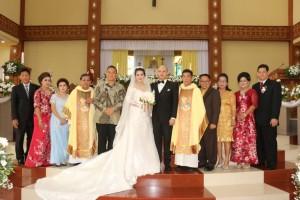 Wali Kota Tomohon bersama kedua pengantin dan keluarga