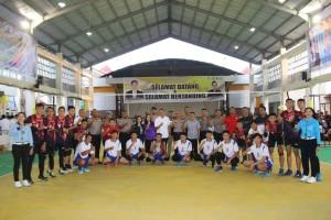 Foto bersama usai pembukaan Turnamen Bola Voli Kapolda Cup di Kota Tomohon