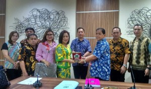 Saling tukar cenderamata di Kunker Komisi I DPRD Tomohon di DPRD Depok