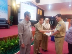 Kepala BKD menerima p[enghargaan yang diserahkan Wakil Gubernur Sulut