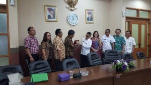 Saling tukar cenderamata antara KOmisi II DPRD Tomohon dengan bappeda Kabupaten Tangerang