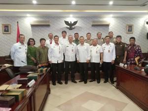 Wali Kota bersama Irjen Pol Drs Carlo Tewu  bersama peserta Rakor lainnya