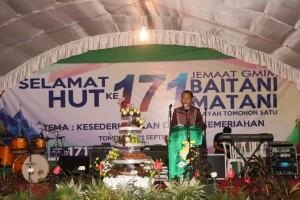 Asisten Kesra Drs Octavianus DS mandagi mewakili  Wali Kota Tomohon