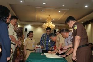 Wali Kota Tomohon, Kapolres dan Kajari saat menandatangani perjnajian kerja sama