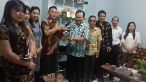 Wakil Ketua DPRD Tomohon saling tukar cenderamata dengan DPRD Surabaya